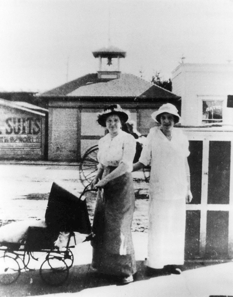 804px-Two_ladies_with_baby_carriage_circa_1900_Beaverton_Oregon_Historical_Photo_Gallery_158